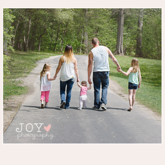 toledo ohio outdoor portrait photographer family walking with backs turned ohio toledo